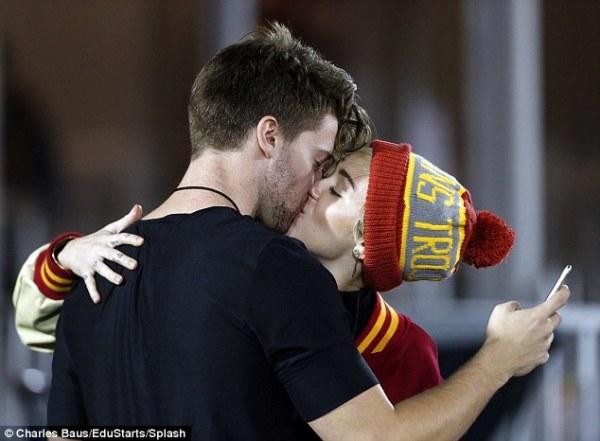 """Love secrets"" a Hollywood: bacio tra Miley Cyrus e Schwarzenegger jr."