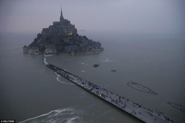 "La ""marea del secolo"" colpisce Mont Saint-Michel (foto/video)"