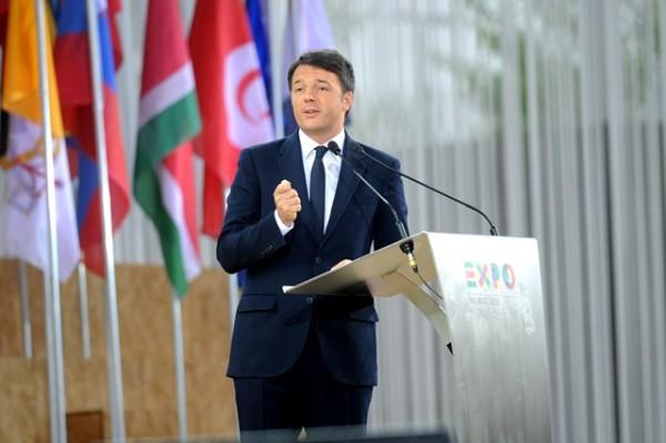 Renzi contestato e fischiato a Bologna alla Festa dell'Unità