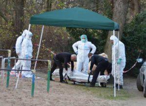 Colonia, cadavere trovato nel bosco: spunta il mistero del tatuaggio. Forse un italiano