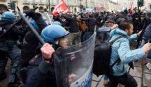 Corteo a Torino, scontri con la polizia e tentata aggressione a senatore Pd