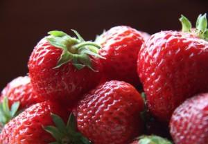Perché le fragole oggi si trovano sempre? Un video ci svela il motivo