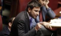 """Italicum, Di Battista del M5S sul Pd: """"Fanno finta di scannarsi"""""""