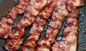 Tumori, nuovo studio contro carni lavorate: bacon tutti i giorni aumenta rischio del 18%