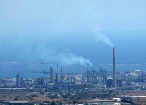 """""""Qui l'inquinamento uccide più della mafia"""", è l'allarme lanciato dal parroco di Augusta"""